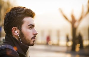 In-Ear-Kopfhoerer Musik unterwegs hören